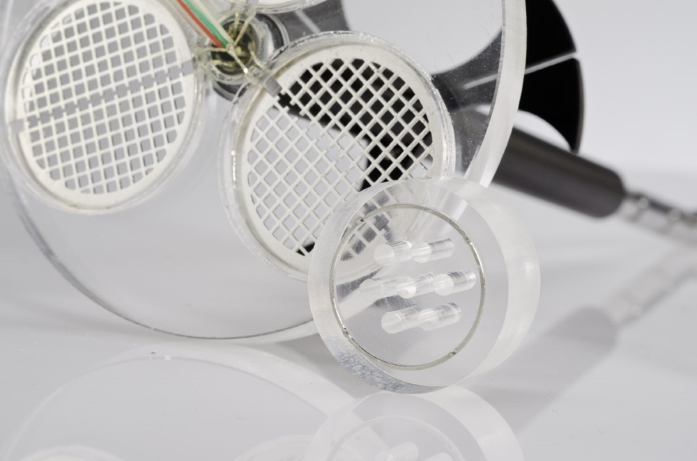 The disintegration disks feature a metal ring to close the contact between the sieve halves